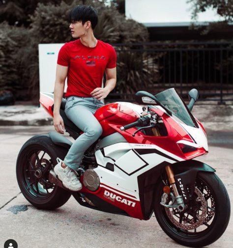 バイク「ROSE」にまたがるPavelの写真